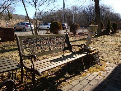 ペンション庭のベンチ