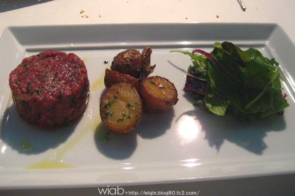 国産牛肉のタルタルステーキ サラダとじゃがいも添え 生でいただきました!