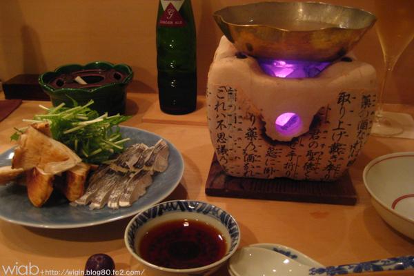 松茸と鱧鍋を自分で作ります。 松茸は香りづけといった感じでもう開いてるのを使ってました。 鱧はこの季節ほんと出るなぁ~