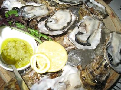 宮城産と厚岸産の生牡蠣