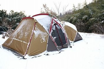 その後雪が降り続く中設営完了!!(汗)