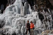 氷壁を背に