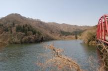 ダムから見る都室山への山並