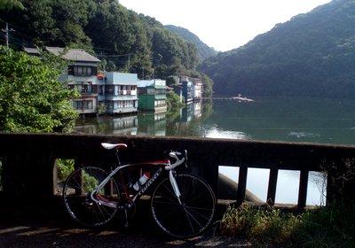 閑散とした円良田湖