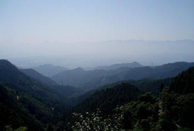 武甲山や有間山方面がかすんで見える