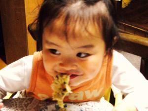 餃子を食べて「ニヤ~っ」としている2歳の娘。。
