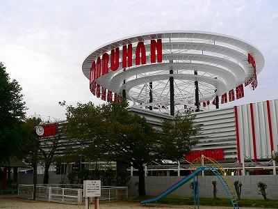 写真キャプション=2005年11月1日にグランドオープンし、大阪北部の拠点として君臨する「マルハン加島店」(1400台)