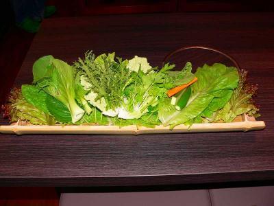 写真キャプション=青竹の器に盛られた新鮮な11種類の野菜
