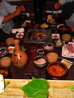 写真キャプション=佐渡屋太郎がハマってしまったマッコリとチゲの味噌汁が並ぶテーブル