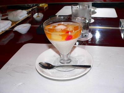 写真キャプション=フルーツと杏仁豆腐のハーモニーで食後の清新さを増幅させる「杏仁豆腐」