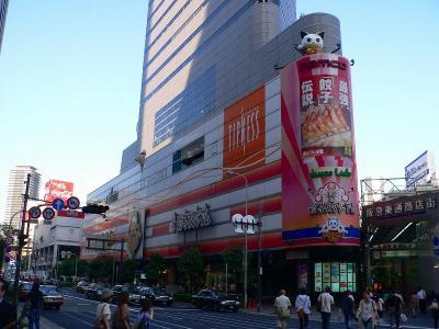 写真キャプション=梅田中心部の顔となっているOSビル。その奥の方に「ハイパーハリウッドⅠ・Ⅱ」があった