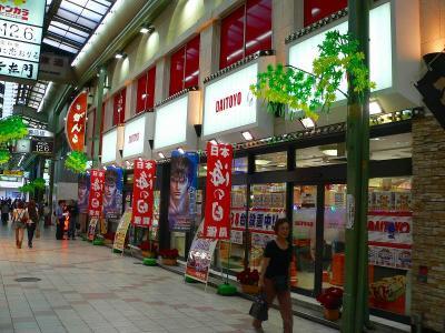 写真キャプション=梅田における旗艦店となる「大東洋本店」(431台)