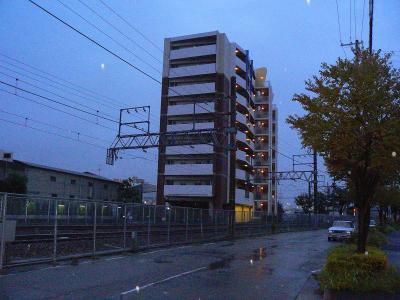写真キャプション=雨の中を歩いて行ってきた「JR福知山線脱線事故」の事故現場