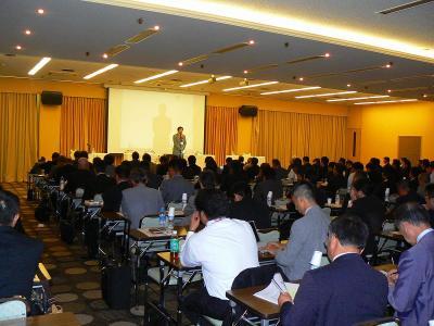 写真キャプション=当日の「大阪討論会」には185名の参加者があった