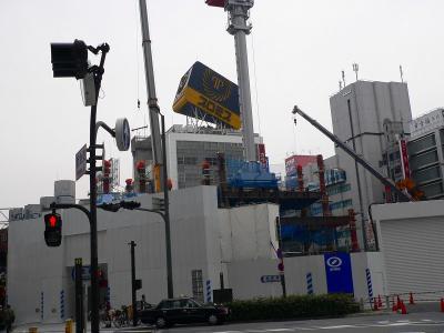 写真キャプション=「大阪富国生命ビル」が取り壊され、その向こうに傾いた「プロミス」の看板が見えた