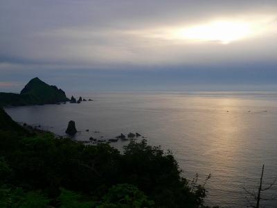 写真キャプション=外海府の二つ亀から見た外海の夕日