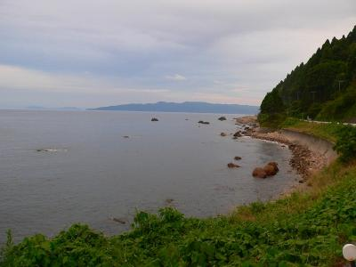 写真キャプション=内海府から見た小佐渡の島影