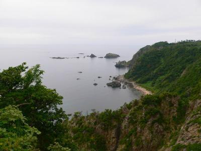 写真キャプション=佐渡島の北端にある「海府大橋」から望む断崖の景観