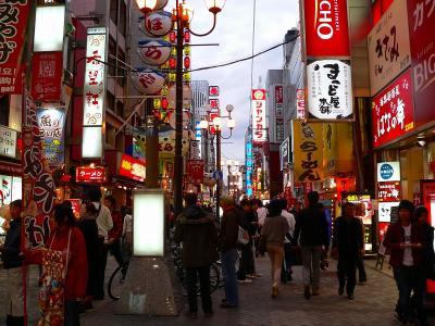 写真キャプション=修学旅行生のほか、中国・韓国からの団体客も増えてきた道頓堀の通行客
