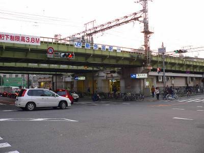 写真キャプション=「フェスティバルゲート」の斜め前にあるJR環状線の新今宮駅
