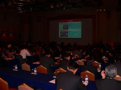 写真キャプション=会場で説明を聞く金融関係者やマスコミ関係者
