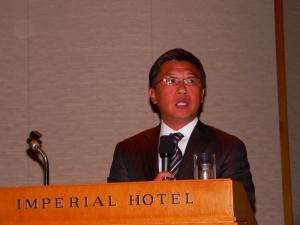 写真キャプション=参会者に業界の現状について説明する韓裕社長