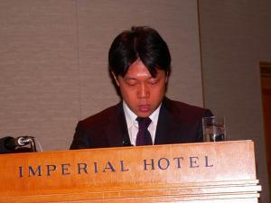 写真キャプション=財務状況について説明を行なう韓健取締役