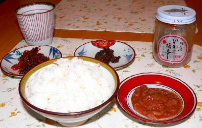 写真キャプション=佐渡の「イカの塩辛」をはじめとした副菜に取り囲まれた「コシヒカリ」