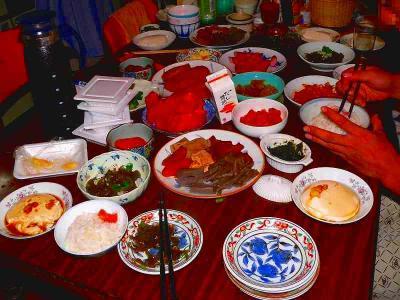 写真キャプション=伝統的な料理が並べられた佐渡における夏の食卓