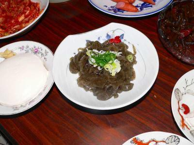 写真キャプション=佐渡名物の「イゴネリ」は、海草「イゴ」(エゴともいう)を煮詰めてつくった寒天状の食べ物。健康食品として注目を集めている