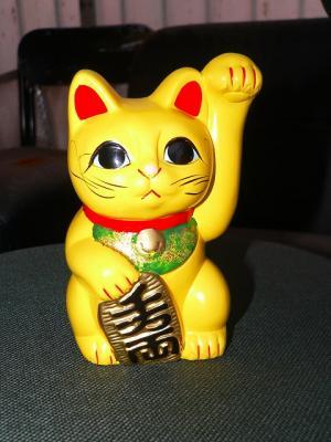 写真キャプション=体の色が金運を呼ぶと言われ、目下人気急上昇中の「黄色い招き猫」