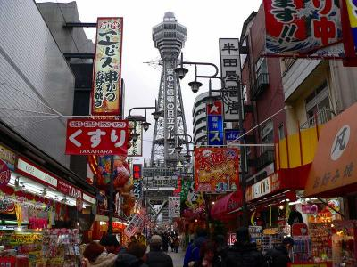 写真キャプション=「フェスティバルゲート」のすぐ北に控える大阪名物の「通天閣」