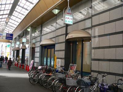 写真キャプション=尼崎中央商店街の一角で営業する話題の「ルモール」