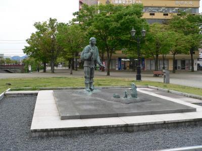 写真キャプション=鳥取駅前にあったダイコクさんの銅像。佐渡屋太郎は幼稚園のとき、「因幡の白兎」のダイコクさんを演じた記憶がある
