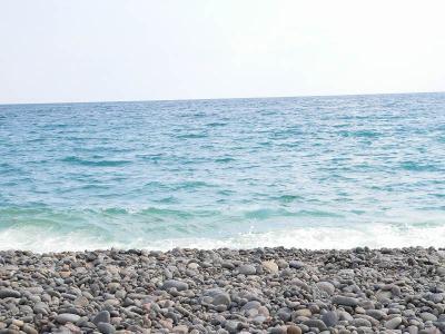 """写真キャプション=御坊の「煙樹ヶ浜」の海は、今年もきっちりその""""大きさ""""を見せ付けてくれた"""
