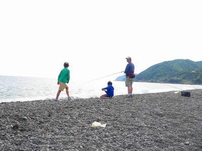 写真キャプション=遠くに日の岬が見える「煙樹ヶ浜」で釣りをする家族。ついに1匹も釣り上げる姿を見られなかった