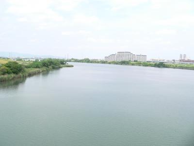 写真キャプション=「鶴見緑地」に行く途中で渡ったのどかな淀川
