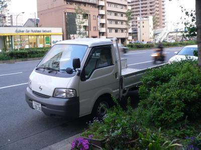 """写真キャプション=京都の""""拠点""""で荷降ろしが住んだレンタカーの""""1トン車くん"""