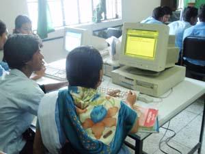 黄色い画面のパソコン