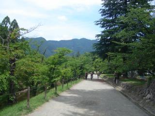 上田城と山々