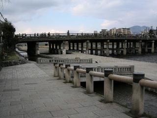 三条河原から橋を眺める
