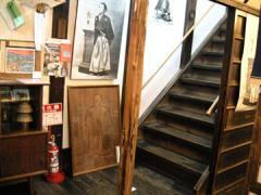 寺田屋間口右側、階段