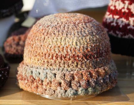 オレンジのニット帽子