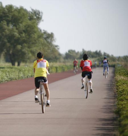 河川敷を走る一輪車